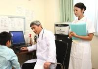 診察中の看護師のイメージ写真