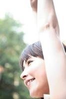 ストレッチをする女性のイメージ写真