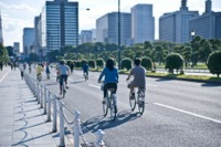 友達とサイクリングするイメージ写真