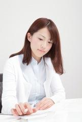 勉強をする女性のイメージ写真