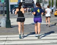 歩く人のイメージ写真