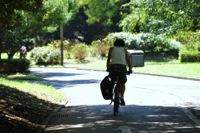 緑の中をサイクリングするイメージ写真