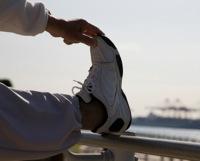 準備体操をする人のイメージ写真